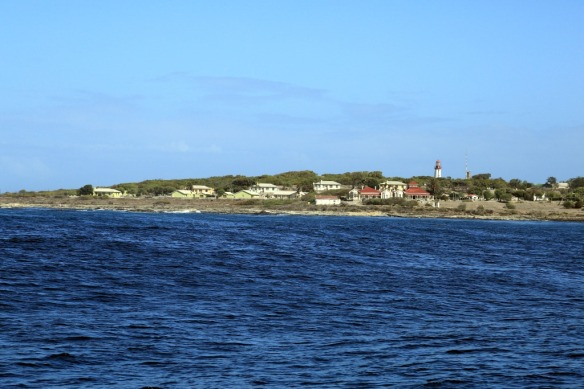 Robben-Island-lighthouse-and-residences-for-the-workers.jpg