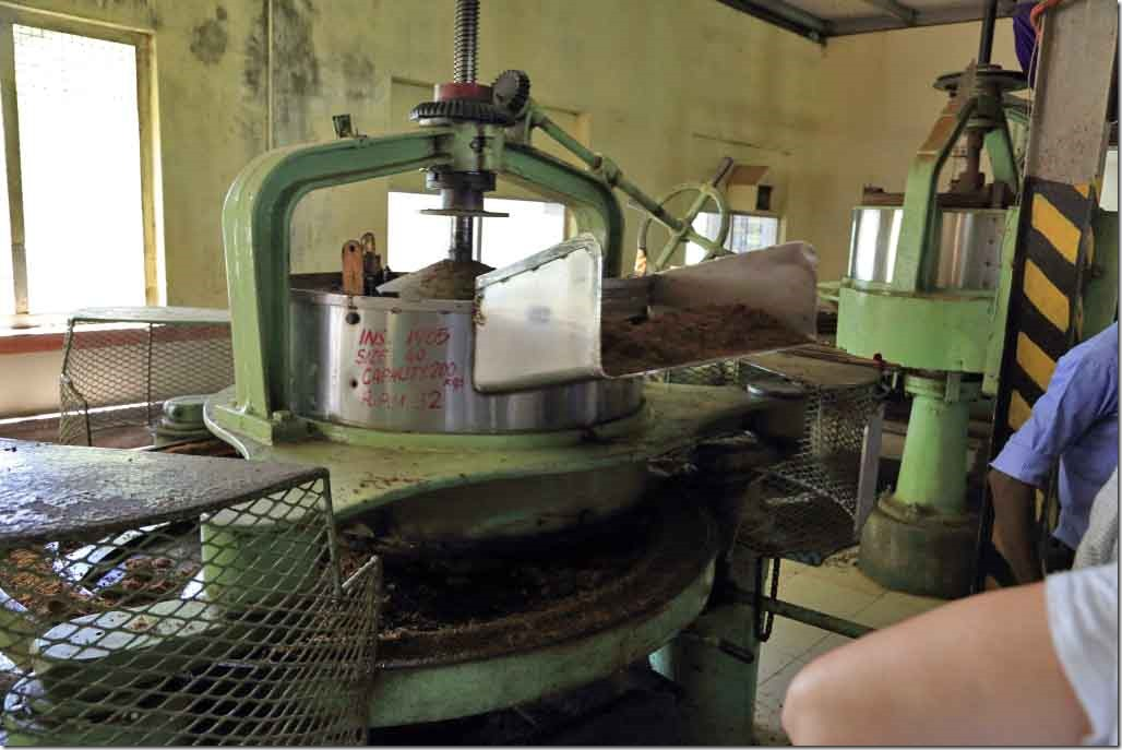 Machine for grinding leaves