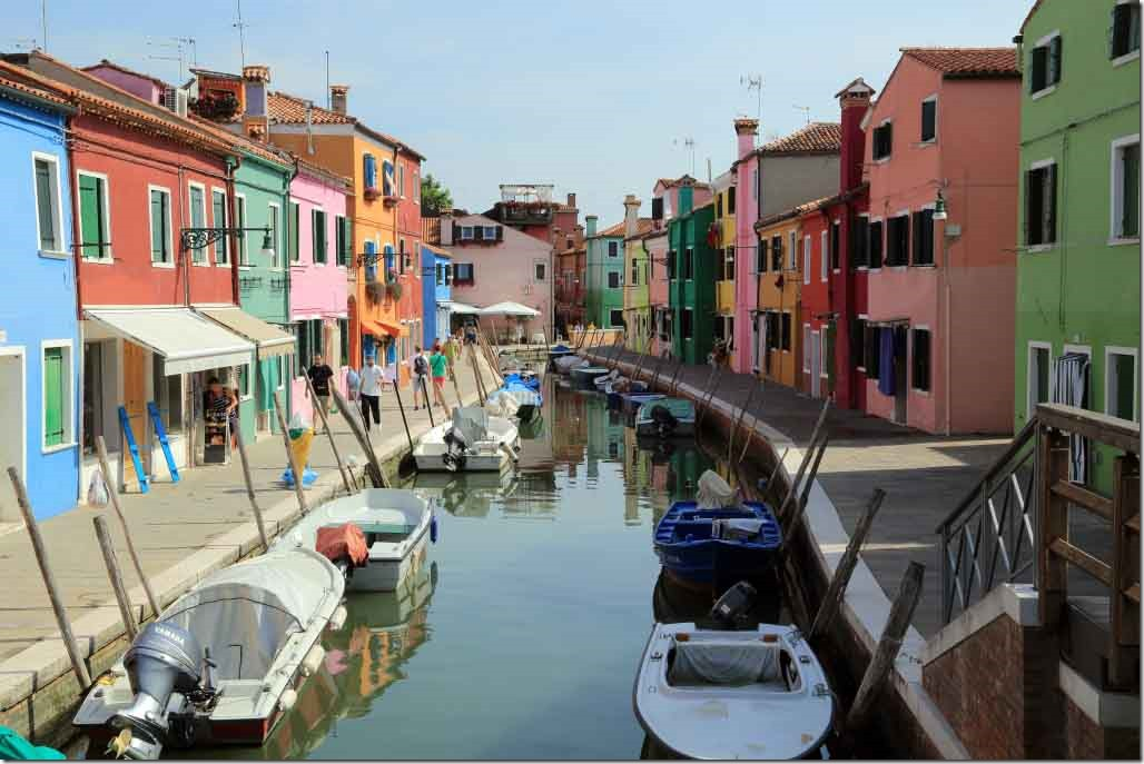 Tour Burano Island canals and vivid coloured houses 7
