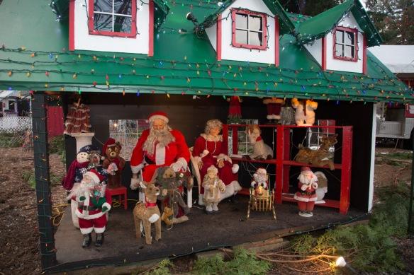 bright-nights-santa-mrs-claus-display