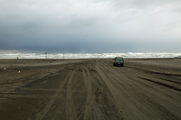 long-beach-wa-car-driving-onto-beach-in-winter-storm