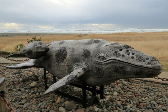 long-beach-wa-whale-and-baby-carving